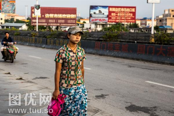 瑞丽口岸的缅甸人